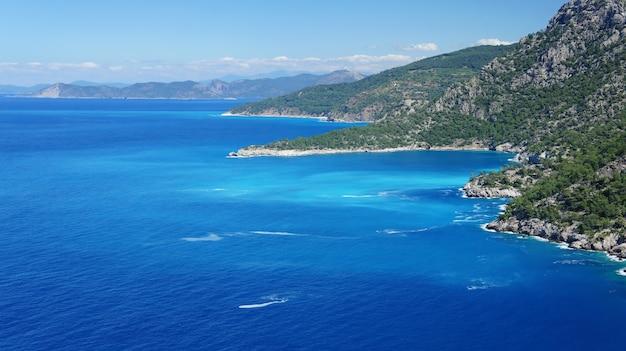 Hermosa costa con agua azul en el mar mediterráneo en turquía