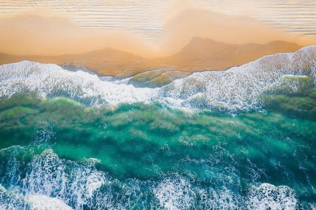Hermosa costa con fotografía de drone de agua de mar clara