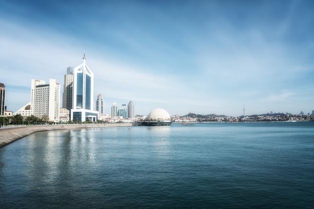 La hermosa costa y el paisaje arquitectónico de qingdao