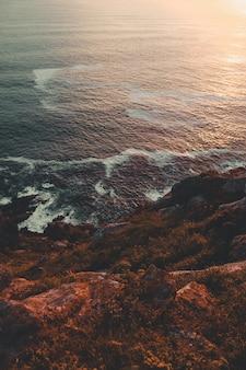 Hermosa costa bajo la puesta de sol