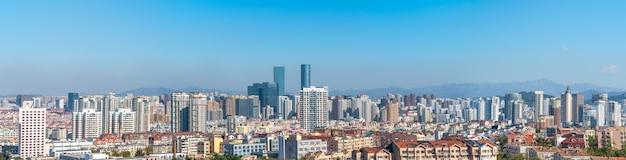Hermosa costa de qingdao y paisaje arquitectónico
