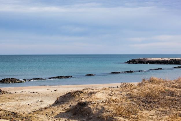 Hermosa costa tropical con vistas al paisaje marino en la luz del sol