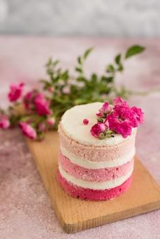 Hermosa crema rosa y pastel de bayas