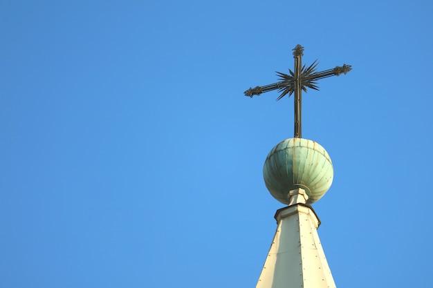 Hermosa cruz de la torre del campanario de la basílica catedral de arequipa contra el cielo azul brillante