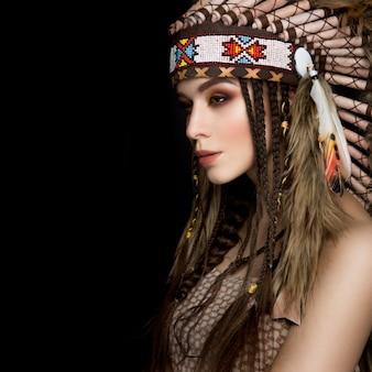 Hermosa dama étnica con cucaracha en la cabeza.