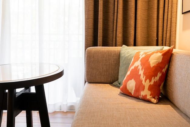 Hermosa decoración de almohada en el sofá en la sala de estar