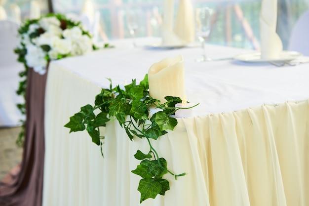 Hermosa decoración floral en restaurante.