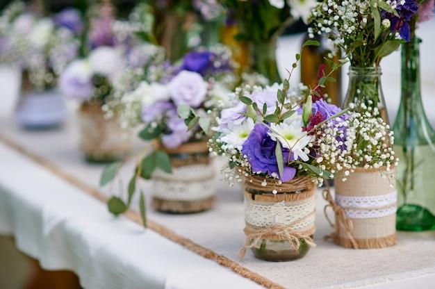 Hermosa decoración de flores en la ceremonia de la boda.