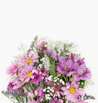 Hermosa decoración de flores sobre fondo blanco