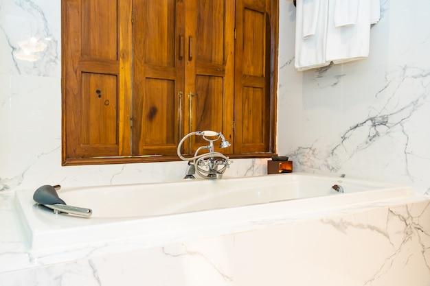 Hermosa decoración interior del baño con bañera blanca de lujo para tomar un baño