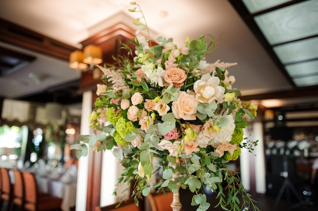 Hermosa decoración interior hecha de composición de flores