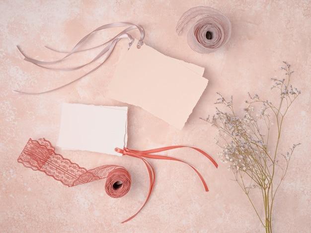 Hermosa decoración con invitaciones de boda