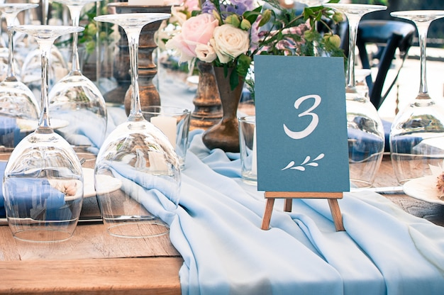 Hermosa decoración de mesa de decoración de bodas o eventos, al aire libre