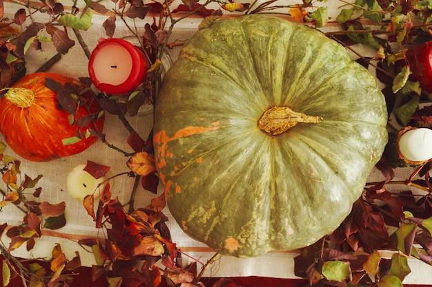 Hermosa decoración de mesa de otoño con calabaza verde