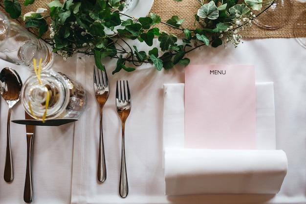 Hermosa decoración de la mesa en el restaurante.