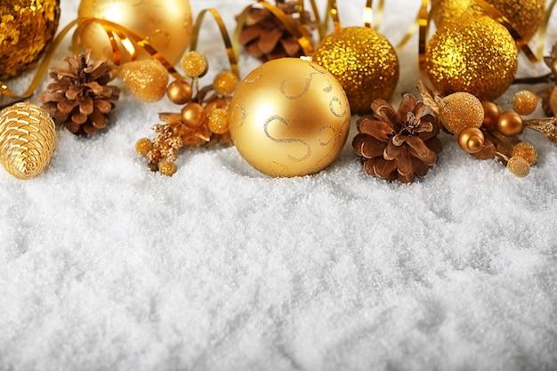 Hermosa decoración navideña y conos en la nieve blanca