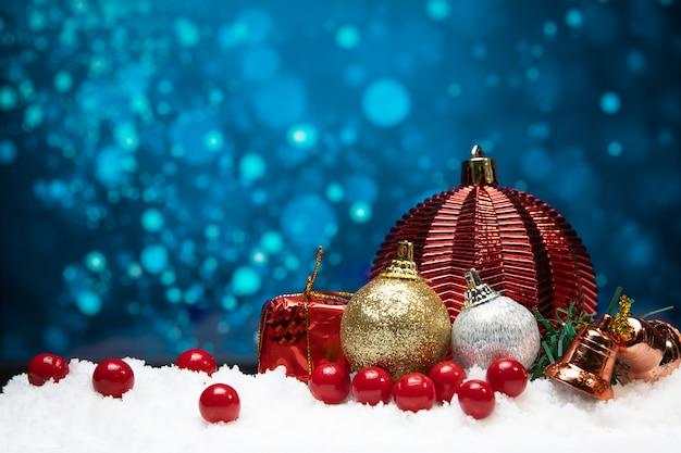 Hermosa decoración navideña en la nieve con fondo azul bokeh