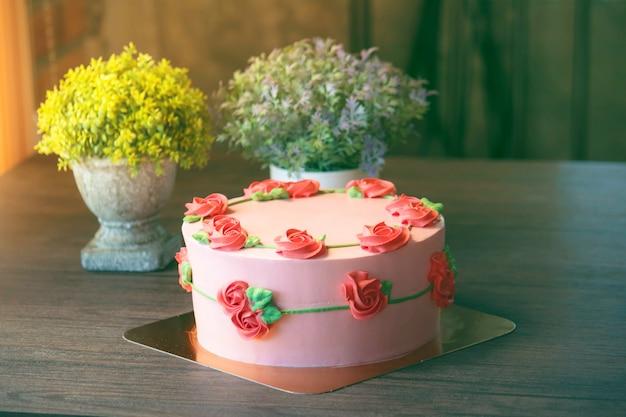 Una hermosa decoración de pastel en la tienda.