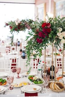 Hermosa decoración de un restaurante de bodas