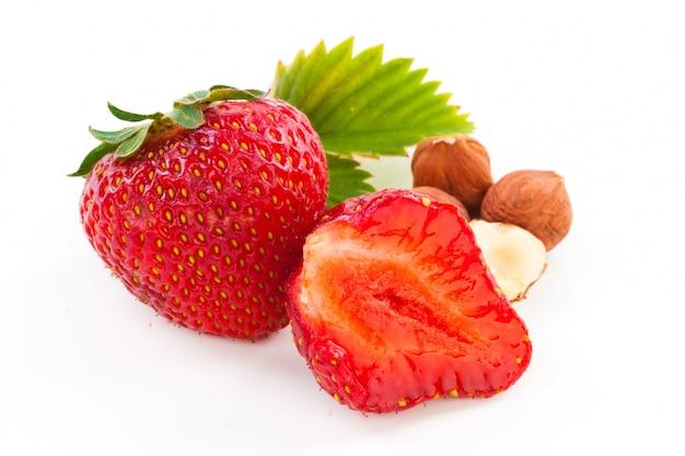 Hermosa deliciosa fresa con nueces