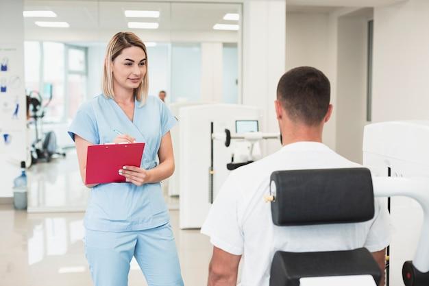 Hermosa doctora comprobando la condición del paciente