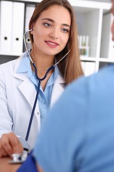 Hermosa doctora hacer retrato médico procedimiento