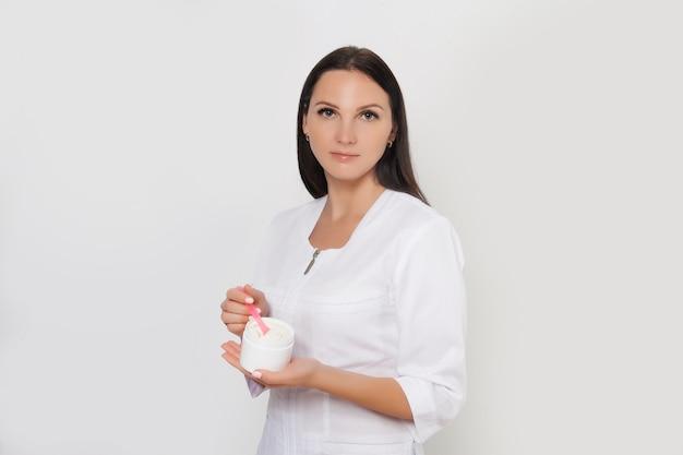 Hermosa doctora con máscara de peeling facial, tratamiento de belleza spa, cuidado de la piel. cuidado facial por esteticista en salón de belleza. clínica cosmetológica. salud, cosmetología