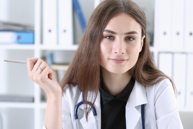 Hermosa doctora sonriente con portapapeles