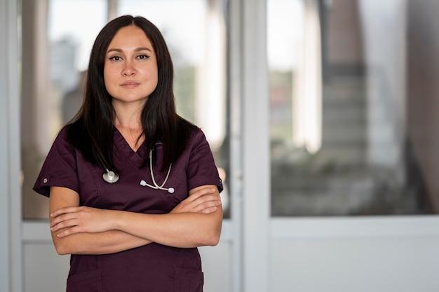 Hermosa doctora en uniforme en el hospital