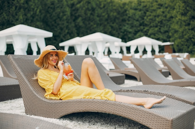 Hermosa y elegante chica en un resort