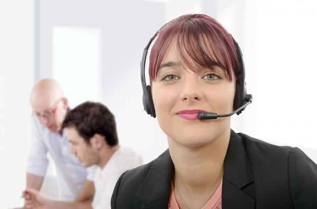Hermosa empresa de servicio al cliente mujer