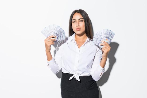 Hermosa empresaria de éxito sosteniendo billetes de dólar en blanco