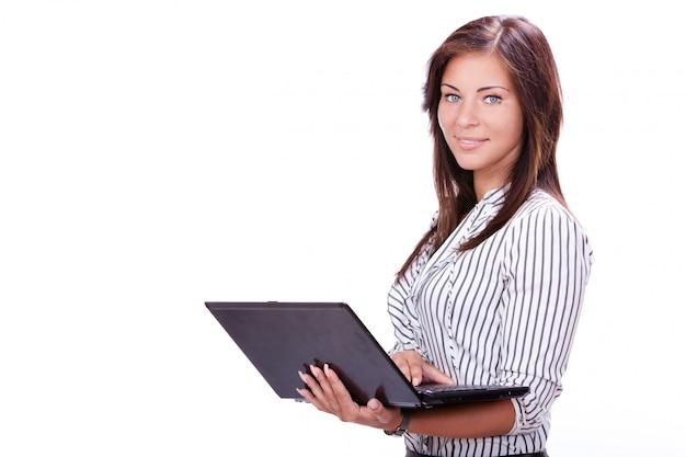 Hermosa empresaria con laptop