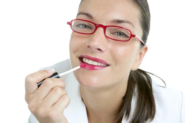 Hermosa empresaria maquillaje lápiz labial rojo
