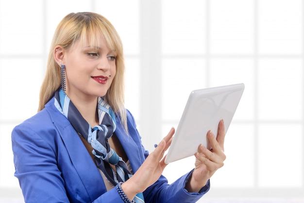 Hermosa empresaria moderna con traje azul, con tablet pc