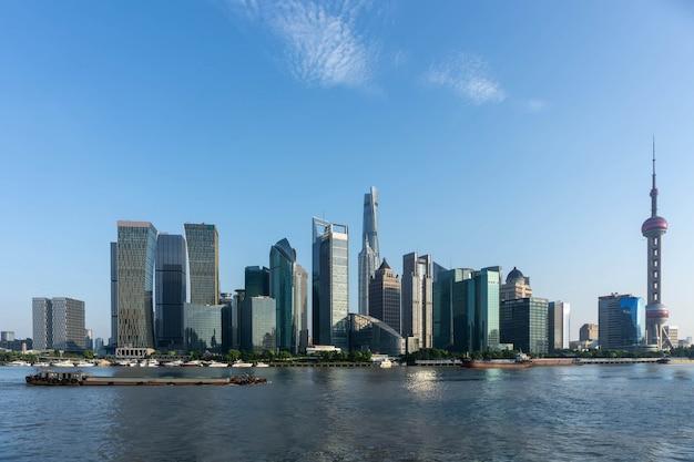 Hermosa escena del atardecer del horizonte de shanghai y el río huangpu
