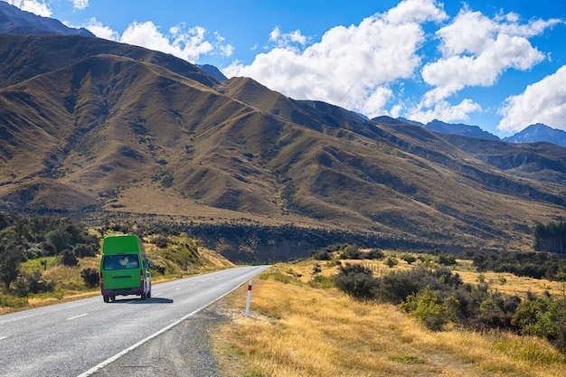 Hermosa escena de la carretera al parque nacional mt cook