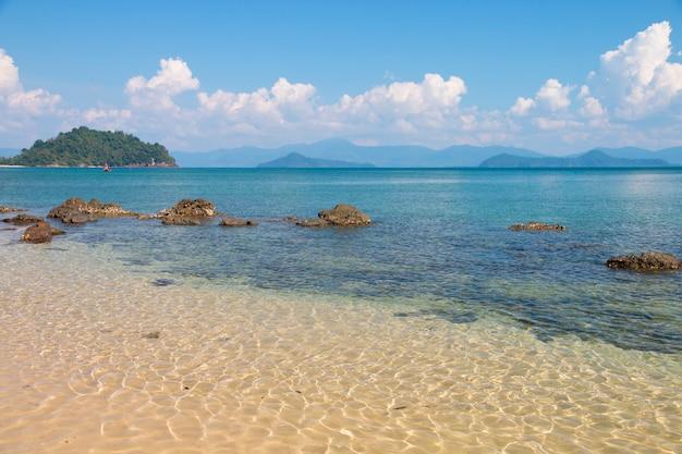 Hermosa escena, mar tropical y playa con fondo de cielo azul