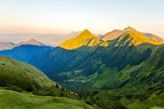 Hermosa escena en las montañas al amanecer o al atardecer