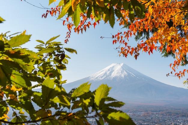 Hermosa escena otoñal del monte fuji-san en el santuario arakura sengen, japón