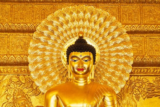 Hermosa estatua dorada de buda.