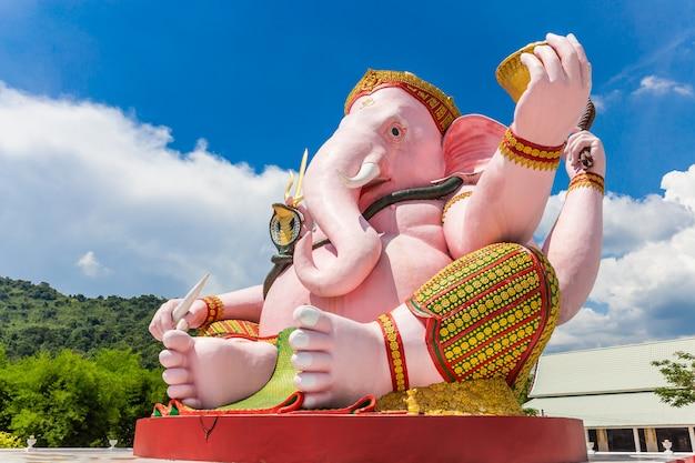 Hermosa estatua de ganesh en el cielo azul en el templo