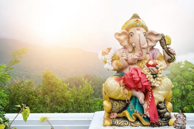 Una hermosa estatua de ganesh en el paisaje de fondo