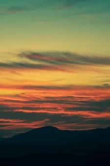Hermosa estratificación de nubes con sombras doradas