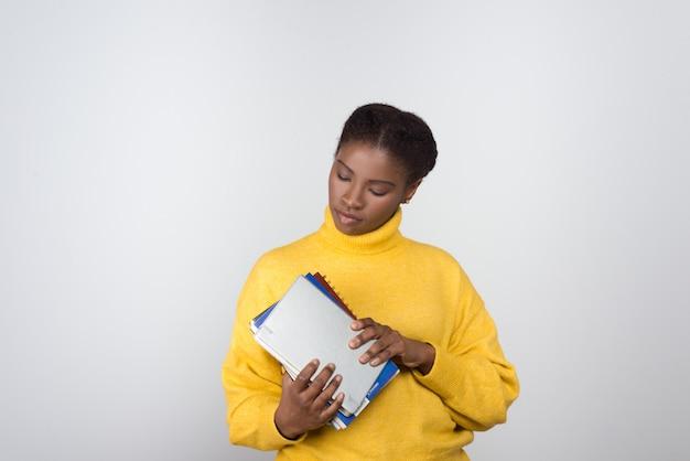 Hermosa estudiante afroamericana con libretas