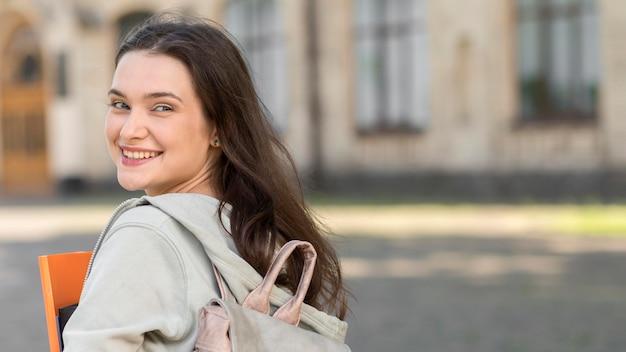 Hermosa estudiante feliz de volver a la universidad