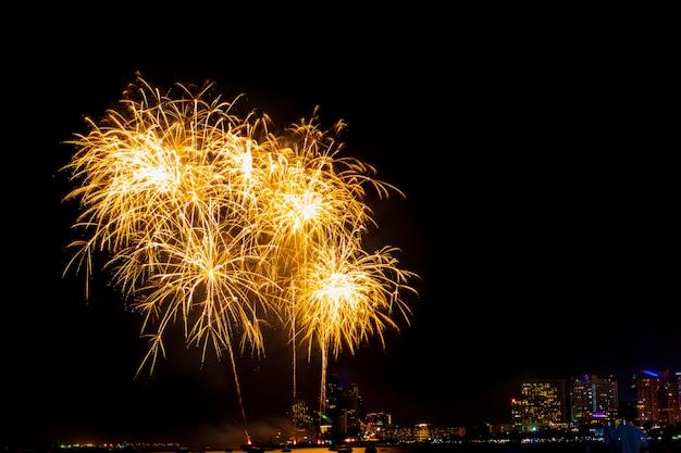 Hermosa exhibición de fuegos artificiales en la playa del mar, increíble fiesta de fuegos artificiales de vacaciones