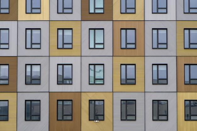 Hermosa fachada de madera de un edificio moderno que refleja el cielo