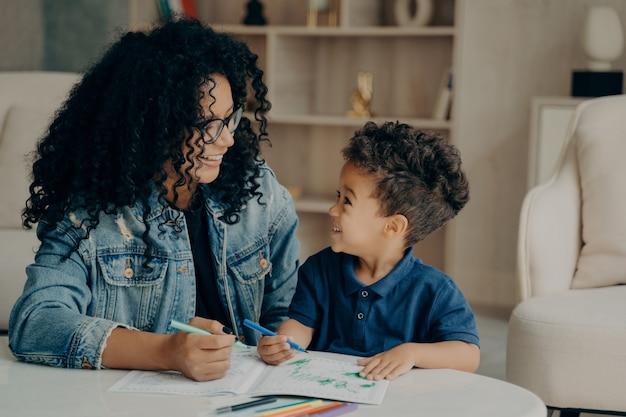 Hermosa familia afroamericana de madre e hijo pasar tiempo en casa