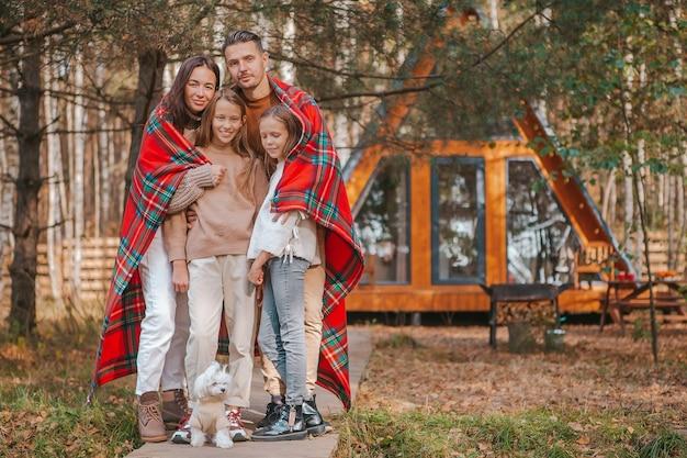 Hermosa familia caminando en un cálido día de otoño